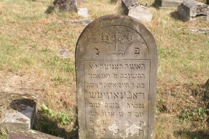 "The epitaph of Rahame Rabinowicz records her date of death as: ""She departed in a good name on Thursday, 9 Elul year 5669 as the abbreviated era [13 August 1909]."" The word for 'year' is abbreviated. Bagnowka"